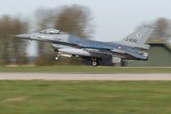 322 sqn RNLAF在弗里斯兰省人旗子使命以后的F-16着陆 免版税库存照片