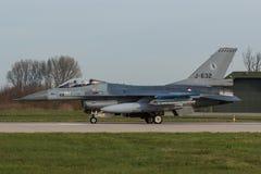 322 sqn RNLAF F-16为它做准备` s使命在弗里斯兰省人旗子 免版税图库摄影