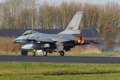322 sqn RNLAF F-16是采取弗里斯兰省人旗子的 免版税库存照片
