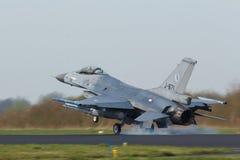 322 sqn RNLAF F-16着陆在完成弗里斯兰省人旗子使命以后 免版税图库摄影