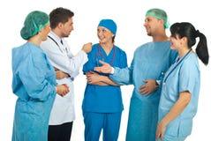 Squadra allegra di medici che hanno conversazione Fotografia Stock