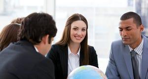 Squadra ambiziosa di affari che ha un 'brainstorming' Immagini Stock Libere da Diritti