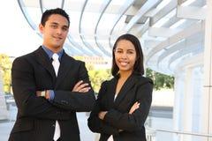 Squadra attraente di affari all'edificio per uffici Immagini Stock Libere da Diritti
