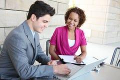 Squadra attraente di affari all'ufficio Immagini Stock Libere da Diritti