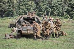 Squadra dei soldati sovietici che catturano un veicolo tedesco Immagini Stock Libere da Diritti