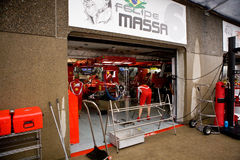 Squadra del Ferrari che prepara l'automobile di Felipe Massaâs Fotografie Stock Libere da Diritti