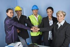 Squadra dell'assistente tecnico con le mani unite Immagine Stock
