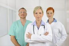 Squadra dell'ospedale: Medici e chirurgo fotografie stock libere da diritti