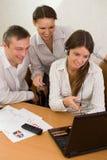 Squadra dell'ufficio di giovani con un computer portatile Fotografia Stock Libera da Diritti