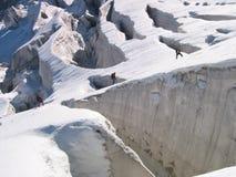 Squadra della corda davanti ai crevasses del ghiacciaio Fotografie Stock Libere da Diritti