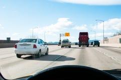 Squadra della strada che lavora ad un'autostrada senza pedaggio occupata fotografie stock libere da diritti