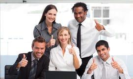 Squadra di affari che collabora con i pollici in su Fotografie Stock