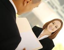 Squadra di affari che discute lavoro Immagini Stock
