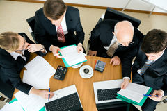 Squadra di affari che discute le varie proposte fotografia stock libera da diritti