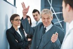 Squadra di affari che discute un progetto Immagine Stock
