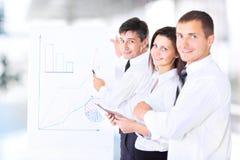 Squadra di affari che discute un progetto Immagine Stock Libera da Diritti