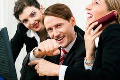 Squadra di affari che lavora nell'ufficio Immagine Stock