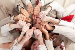 Squadra di affari con i pollici in su che si trovano in un cerchio Immagini Stock