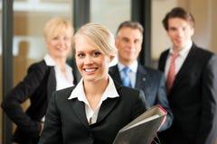 Squadra di affari con la guida in ufficio Immagini Stock