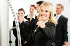 Squadra di affari con la guida in ufficio Fotografie Stock