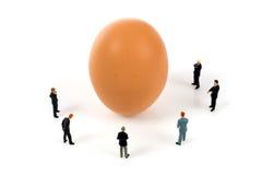 Squadra di affari con un uovo Immagine Stock