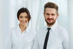 Squadra di affari Gente sorridente felice che sta in una fila all'ufficio Immagini Stock