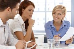 Squadra di affari nella discussione immagini stock