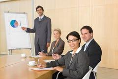 Squadra di affari in sala del consiglio fotografie stock