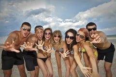 Squadra di amici alla spiaggia Immagini Stock Libere da Diritti