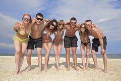 Squadra di amici alla spiaggia Fotografia Stock Libera da Diritti
