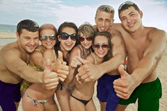 Squadra di amici che hanno divertimento alla spiaggia Fotografie Stock