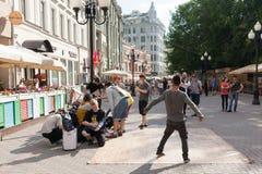 Squadra di breakdance sulla via di Arbat immagine stock