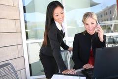 Squadra di donna attraente di affari sul calcolatore Fotografia Stock Libera da Diritti