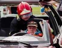 Squadra di emergenza che rimuove una vittima da un incidente stradale Immagine Stock Libera da Diritti