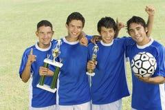 Squadra di football americano con il trofeo immagine stock