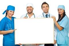 Squadra di medici con la bandiera in bianco Immagine Stock