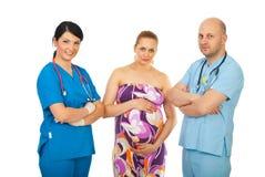Squadra di medici e di donna incinta Immagine Stock