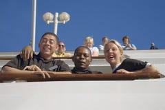 Squadra di nave da crociera che guarda giù dalla cima della nave da crociera di Oceania delle insegne Fotografia Stock