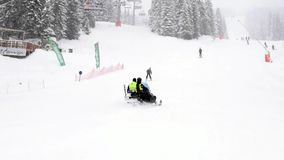 Squadra di soccorso su un motorino della neve stock footage