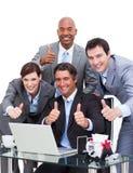 Squadra entusiastica di affari con i pollici in su Fotografia Stock
