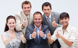 Squadra felice di affari con i pollici in su Fotografie Stock Libere da Diritti