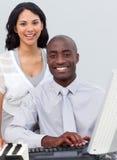 Squadra Multi-ethnic di affari che lavora ad un calcolatore Immagini Stock Libere da Diritti
