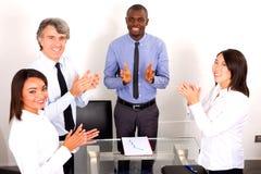 Squadra Multi-ethnic nel corso di una riunione fotografia stock libera da diritti