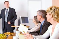 Squadra nella sala per conferenze Immagini Stock