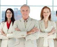 Squadra seria di affari con le braccia piegate Fotografia Stock Libera da Diritti