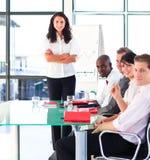 Squadra sicura di affari dopo una presentazione Immagini Stock Libere da Diritti
