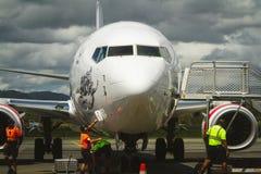 Squadra a terra dell'aeroporto che prepara gli aerei commerciali Immagini Stock
