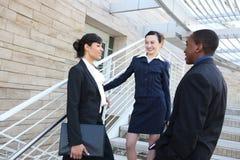 Squadra varia di affari all'edificio per uffici Fotografia Stock Libera da Diritti