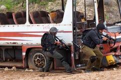 Squadre antiterroristiche che praticano un salvataggio del bus dirottato Fotografie Stock Libere da Diritti