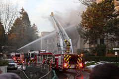 Squadre del pompiere che combattono il fuoco del complesso condominiale Fotografia Stock Libera da Diritti